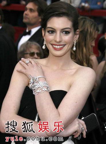 图:安妮-海瑟薇宛如公主 礼服搭配恰如其分