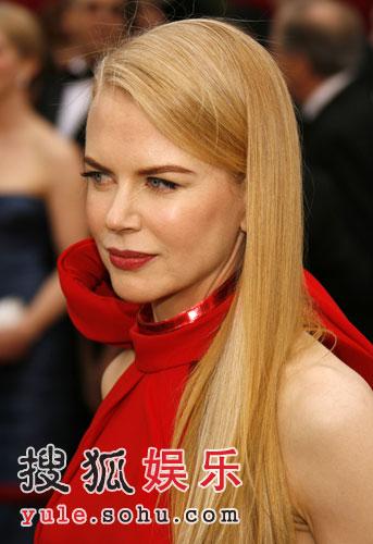 组图:妮可-基德曼飘逸长发 红色礼服显庄重