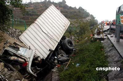 福泉高速发生特大交通事故 客车撞货车4死35伤