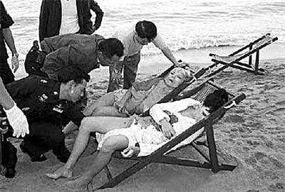 2月24日,曼谷警方在海滨旅游胜地帕塔亚查看死者尸体.