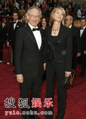 图:导演史蒂文-斯皮尔伯格和妻子结伴亮相