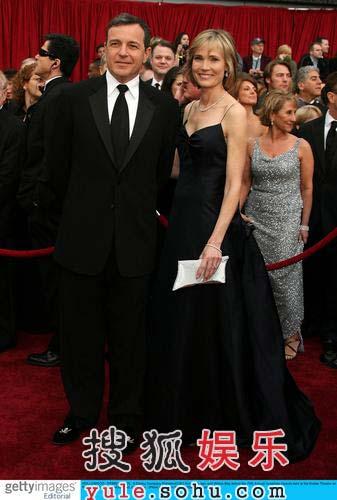 图:迪斯尼总裁罗伯特艾格携记者美女亮相