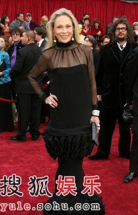图:女星费伊-达纳韦一身性感黑色裙装亮相