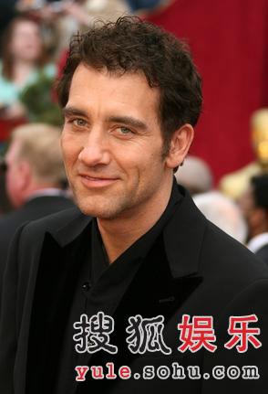 图:克里弗-欧文走上红毯 英俊面庞微笑迷人