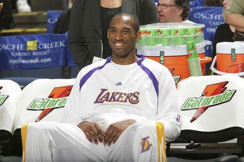 NBA图:湖人胜勇士 科比一身轻松