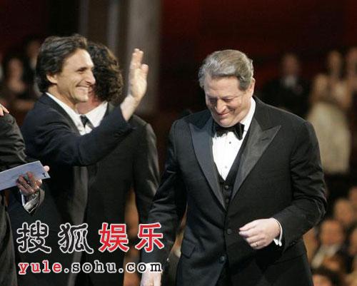 图:戈尔为最佳纪录片《难以忽视的真相》领奖