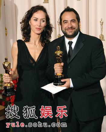 图:《潘神的迷宫》获最佳化妆奖 主创举奖杯