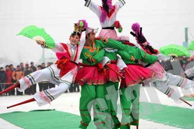 山西鼓乐、吉林鲜族舞和张镇地区民间龙凤舞表演.信报记者 / /摄 -