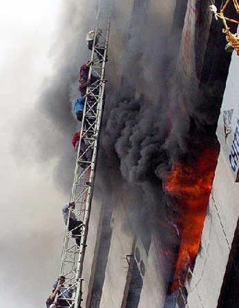 孟加拉国一栋设有两家电视台的大楼失火(图)
