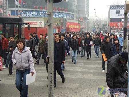 北京中关村核心路口人潮汹涌