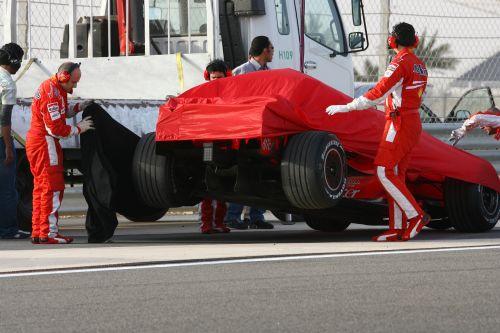 图文:F1车队在巴林试车 受损的法拉利赛车