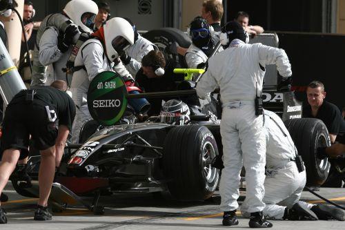 图文:F1车队在巴林试车 本田车队进站演练