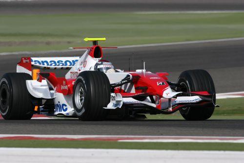 图文:F1车队在巴林试车 丰田车队进行试车
