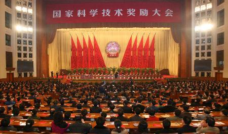 北京 李振声/***向2006年度国家最高科学技术奖获得者颁奖 新华社记者鞠...
