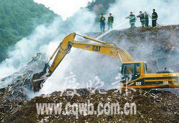 重庆南坪违规倒渣堆起200吨垃圾 已6次引发明火