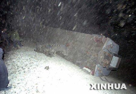 新疆旅客列车今晨遇沙尘暴 11节车厢倾覆4人死