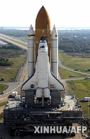 虽然矗立在发射台上的航天飞机有金属结构保护,但其外部燃料箱的大