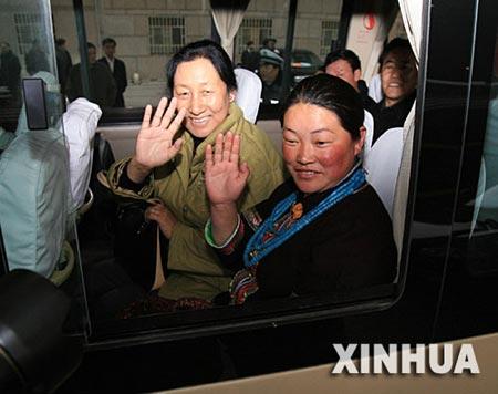 西藏首批乘坐青藏铁路的两会代表和委员抵京