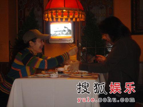 著名音乐人捞仔与田岷共驻爱巢 餐厅用餐遭拍