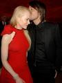 图:奥斯卡派对 妮可-基德曼与老公甜蜜亲吻