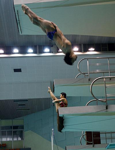 图文:出征世锦赛前跳水队训练 转体姿势