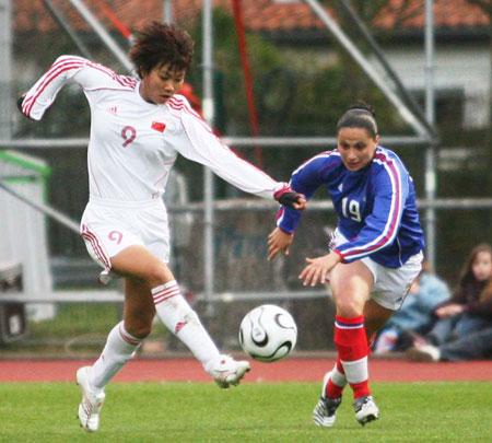 图文:热身赛女足0-2不敌法国 西征首尝败绩