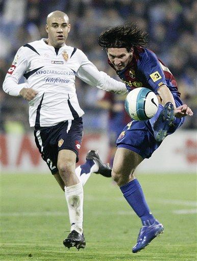 图文:萨拉戈萨1-2巴萨 梅西手脚并用