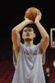 NBA图:姚明赛前单独训练 罚球手型稳定