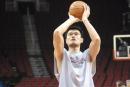 NBA图:姚明赛前单独训练 罚球练习