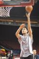 NBA图:姚明赛前单独训练 左手打板进框