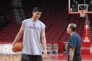 NBA图:姚明赛前单独训练 与教练交谈