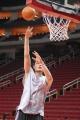 NBA图:姚明赛前单独训练 右手篮下攻击