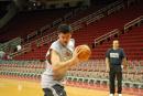 NBA图:姚明赛前单独训练 精彩转身