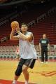 NBA图:姚明赛前单独训练 侧身切入