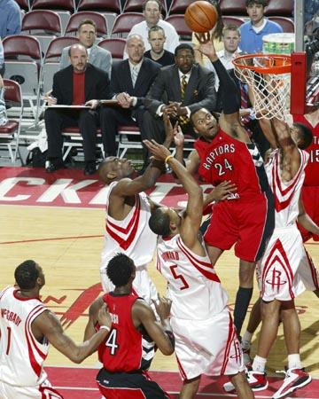NBA图:火箭负猛龙 皮特森飞身扣篮