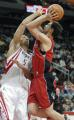 NBA图:火箭不敌猛龙 霍华德比赛中防守