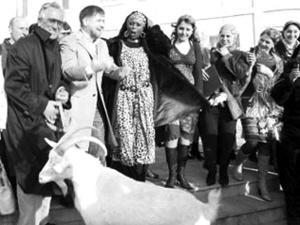 """车臣代总统牵着山羊向肯尼亚小姐""""求婚""""(图)"""