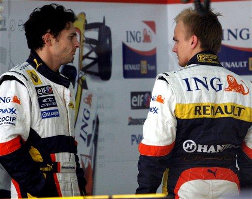 图文:F1车队在巴林试车 雷诺车手间的交流