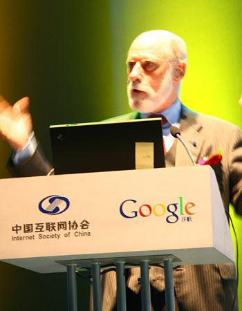 """图文:""""互联网之父""""Vinton Cerf博士发表演讲"""