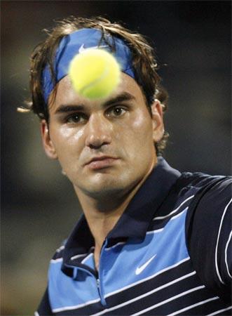 图文:迪拜公开赛网球巡回赛 费德勒在比赛中