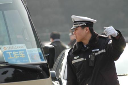 民警在大会堂前广场上指挥交通