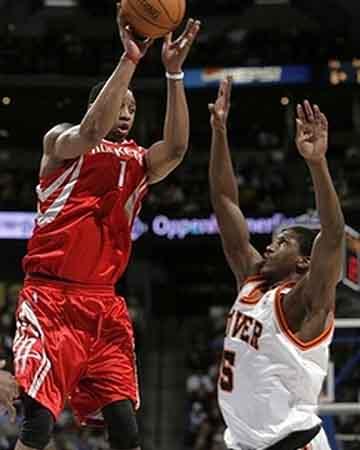 NBA图:火箭VS掘金 麦迪飞身助攻