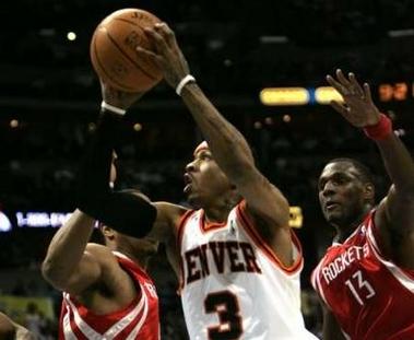 NBA图:火箭VS掘金 艾弗森快攻上篮