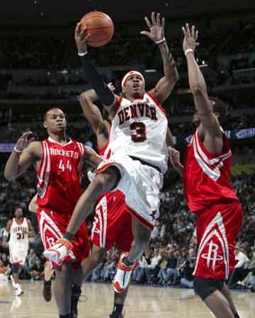 NBA图:火箭VS掘金 艾弗森杀入内线
