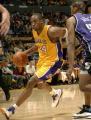 NBA图:国王胜湖人 科比带球突破