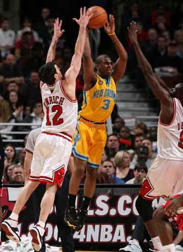 NBA图:公牛胜黄蜂 保罗飞身助攻