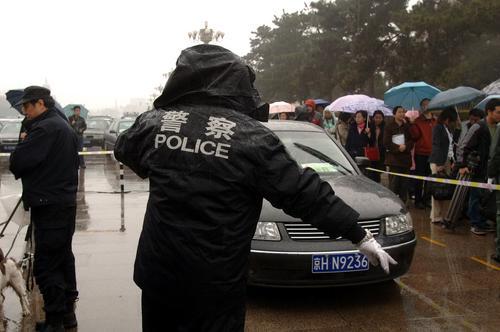 政协十届五次会议召开 场外巡警雨中巡逻保安全(图)