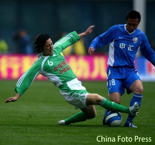 图文:[中超]上海申花VS北京 双方球员在比赛中