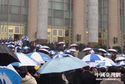 政协十届五次会议开幕 与会委员冒雨参加(图)