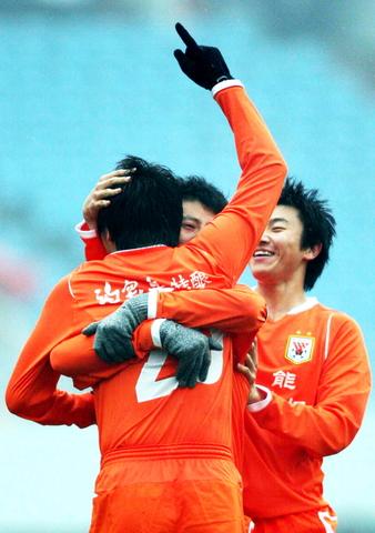 图文:[中超]山东5-2辽宁 庆祝进球